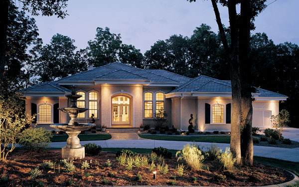 Luxury ranch home with stucco exterior for Single story luxury house plans